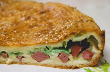Рецепт пирога на кефире с сыром и колбасой.