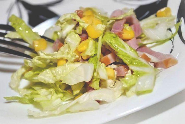 Домашний салат из капусты, сыра и ветчины.