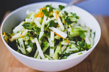 Полезный рецепт вкусного салата из капусты кольраби.