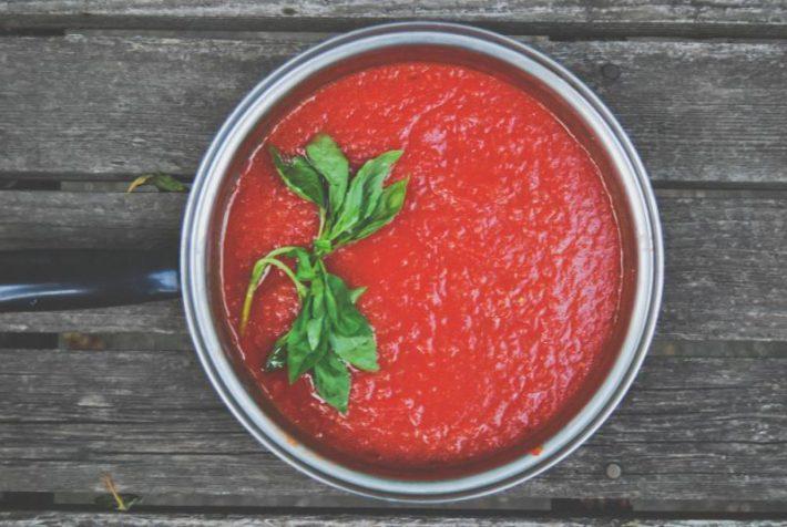 Рецепт приготовления томатного соуса для пиццы с добавлением эстрагона.