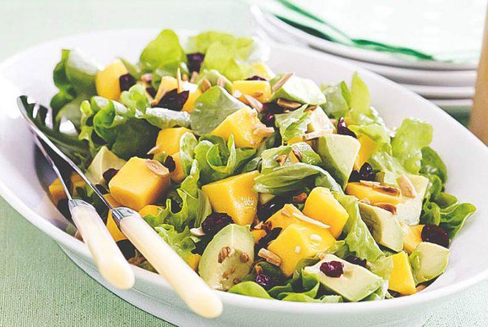 Простой рецепт приготовления салата с манго и авокадо.