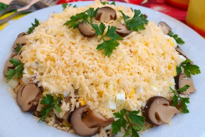 Простой рецепт вкусного слоёного салата с грибами, курицей и сыром.