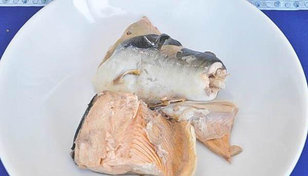 Готовим вкусный и питательный салат из варёной рыбы.
