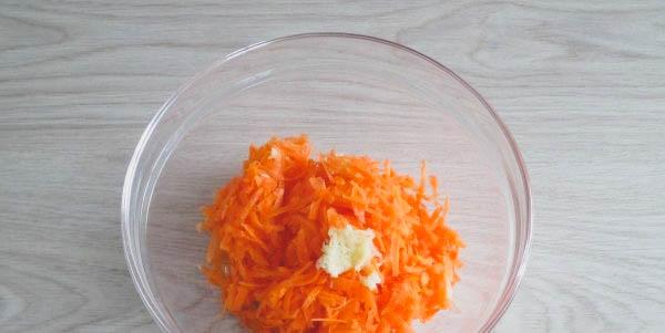 Как приготовить домашний салат с сыром и морковью?