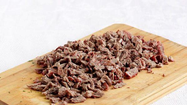 Приготовление салата с фасолью и мясом.
