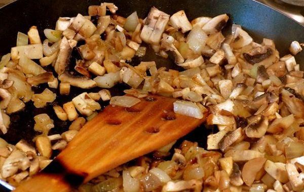 Как приготовить домашний слоённый салат с курицей и грибами?