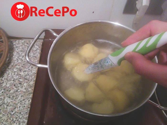 Приготовление картофеля в кастрюле.