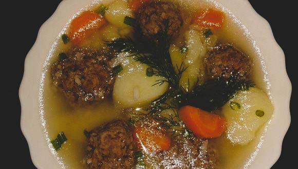 Приготовление вкусного супа с рисом и фрикадельками.
