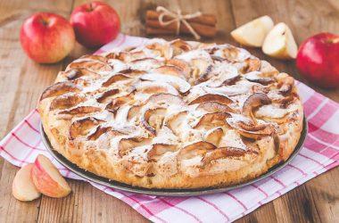 Вкусный рецепт шарлотки со сливками и яблоками.
