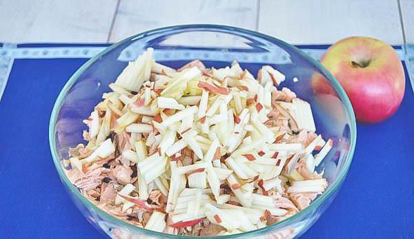 Приготовление салата из варёной рыбы. Простой и вкусный рецепт.