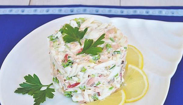 Салат из варёной рыбы в домашних условиях.