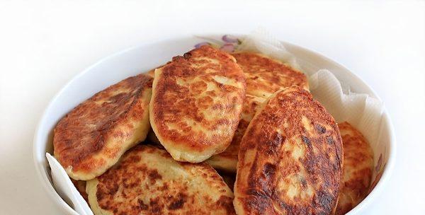 Простой рецепт пирожков с капустой на сковороде.