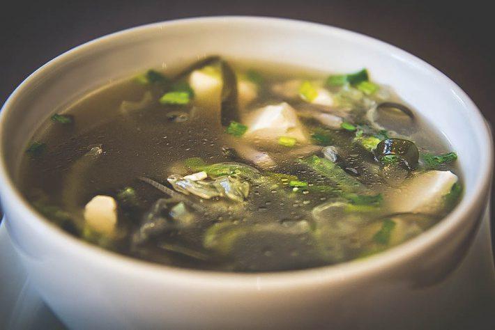 Простой рецепт супа с морской капустой и яйцом.