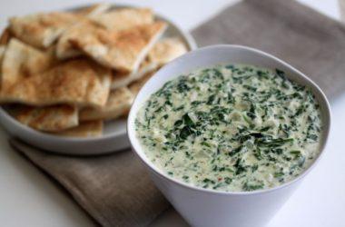 Простой рецепт приготовления сметанного соуса со шпинатом.