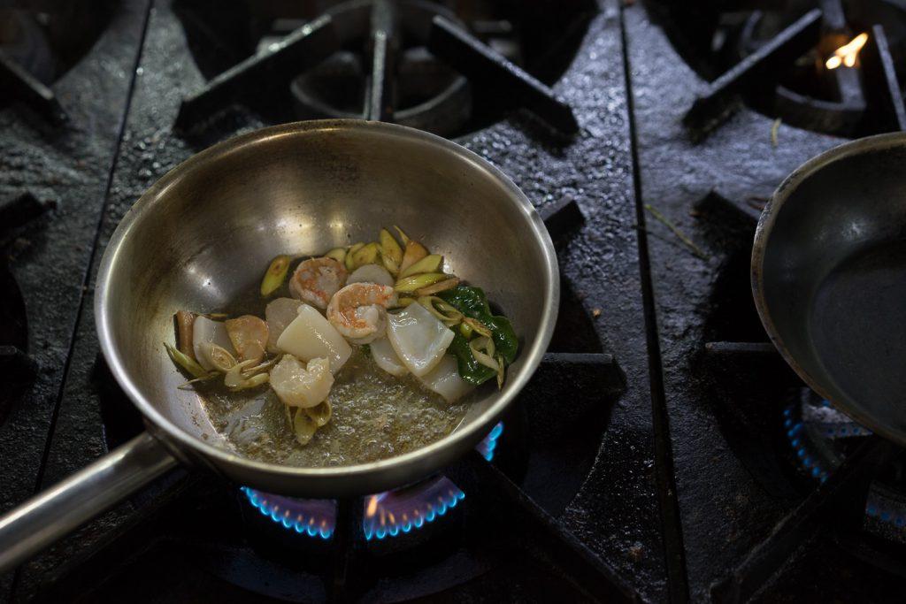 Жарим морепродукты для супа Том Ям.
