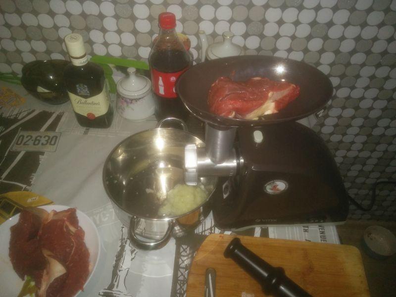 Кладём в мясорубку сочную свинину и перемалываем.