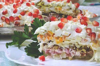 Вкусный и простой салат из копчённой курицы.