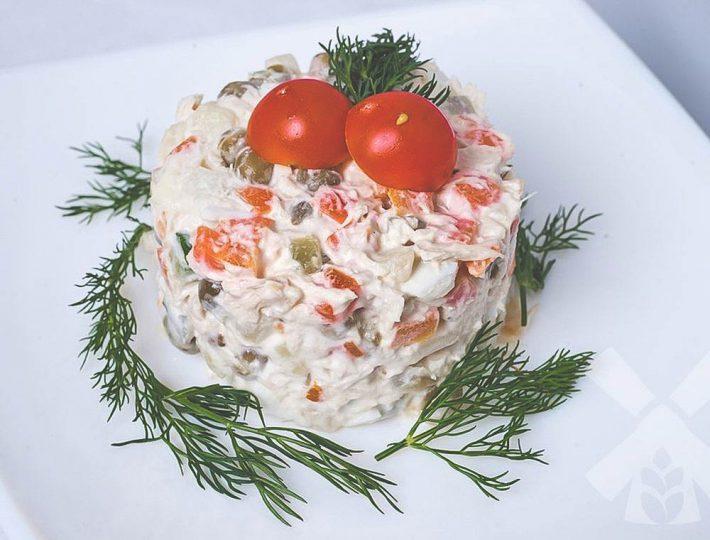 Рецепт вкусного салата из варёной рыбы.