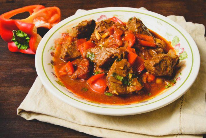 Рецепт приготовление гуляша из говядины с картошкой.
