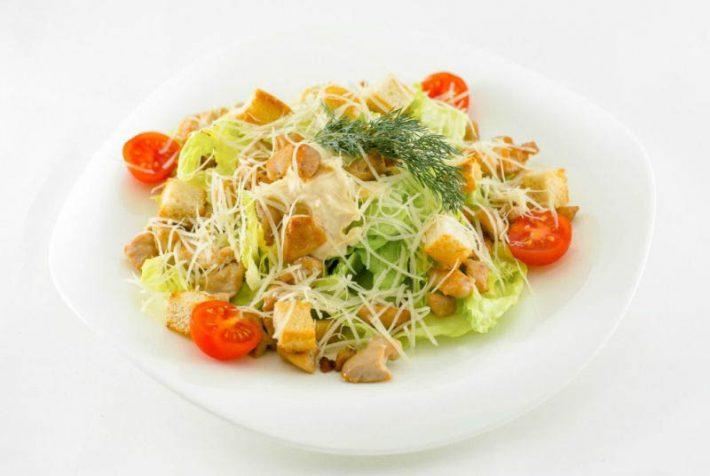 Простой рецепт приготовления салата Цезарь с курицей.