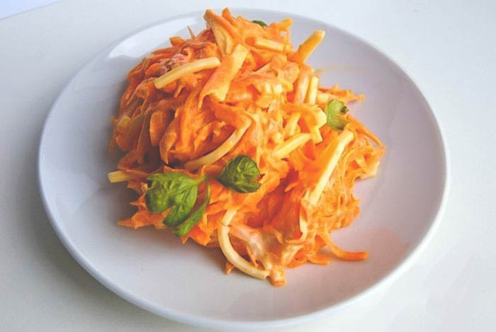 Рецепт простого салата с сыром и морковью.