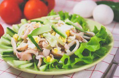 Вкусный рецепт простого салата из кальмаров.
