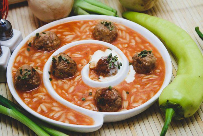 Рецепт рисового супа с мясными фрикадельками.