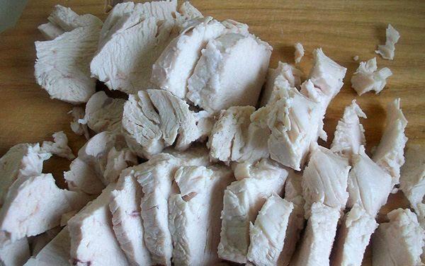 Готовим в домашних условиях салат с грибами, сыром и курицей.