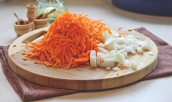 Простой рецепт второго блюда из риса и куриных ножек по-домашнему.