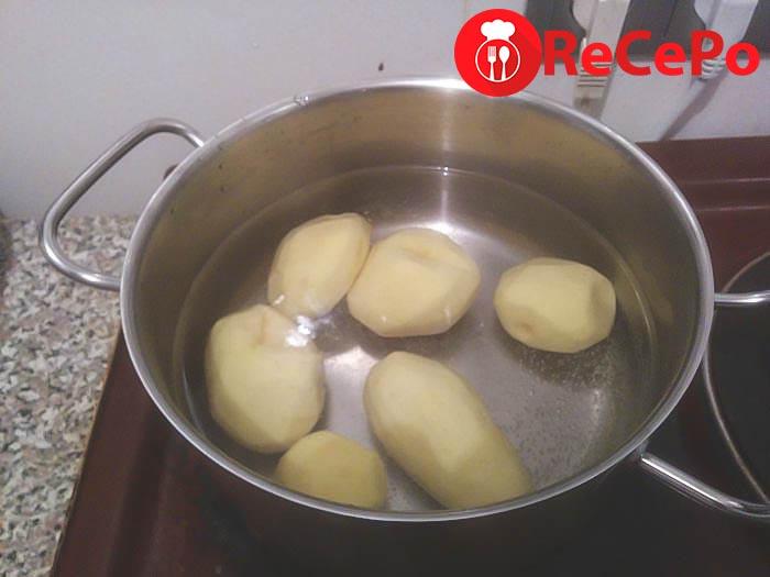 Варим картофель дома.