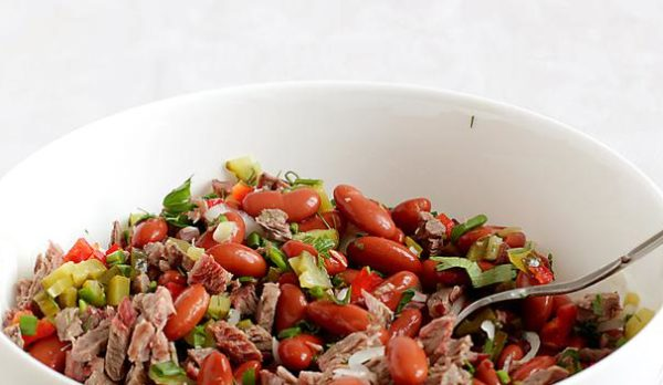 Салат в домашних условиях из мяса и фасоли.