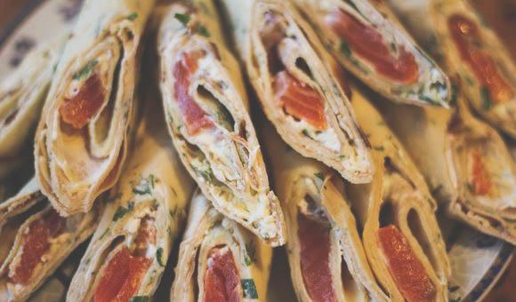 Готовим роллы из блинов рыбы и сыра.