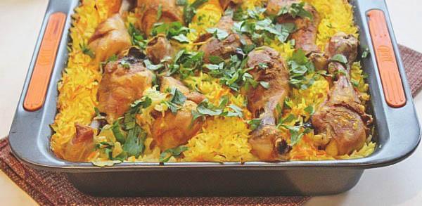 Горячее блюдо - домашние куриные ножки с рисом.