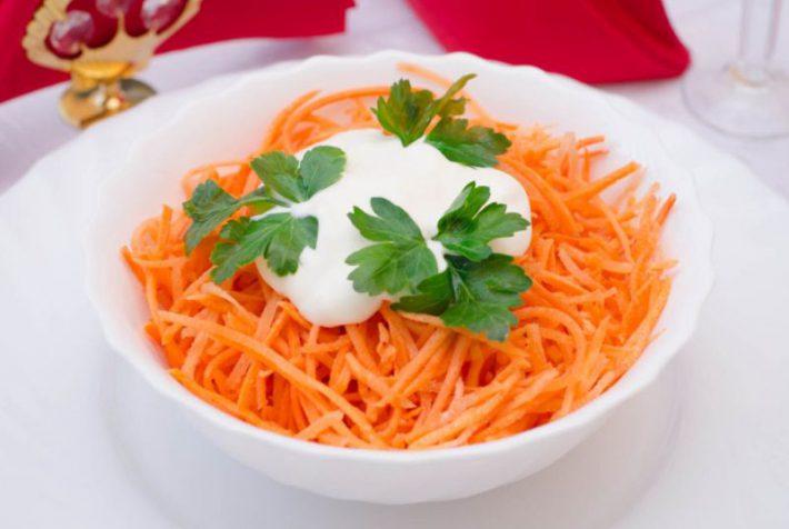 рецепт простого салата из моркови с чесноком.