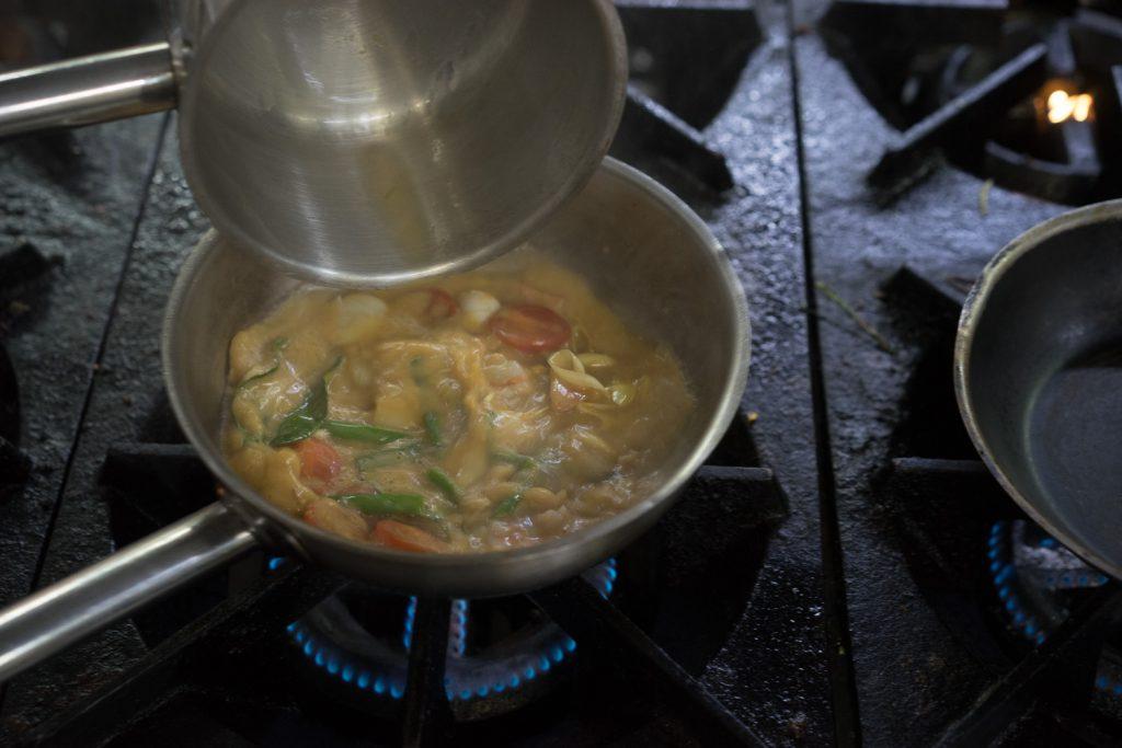 Варим суп из морепродуктов.