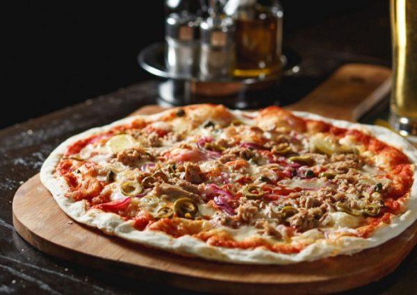 Как приготовить пиццу с консервированным тунцом в домашних условиях.