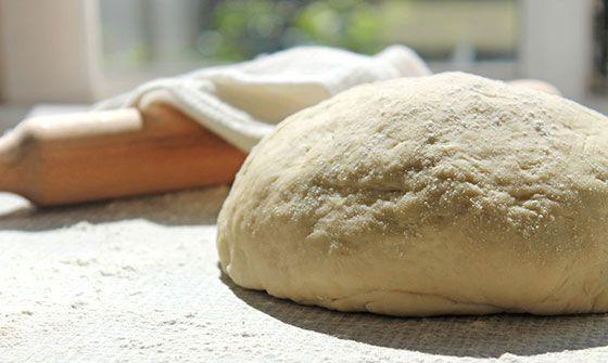 Готовим тесто для домашних булочек.