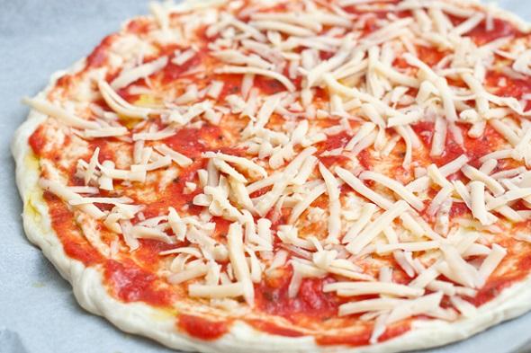 Выкладываем ингредиенты для пиццы.