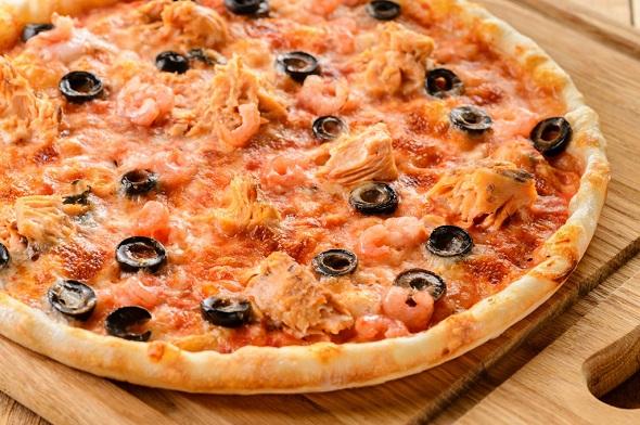 Готовая вкусная пицца с тунцом по-домашнему.